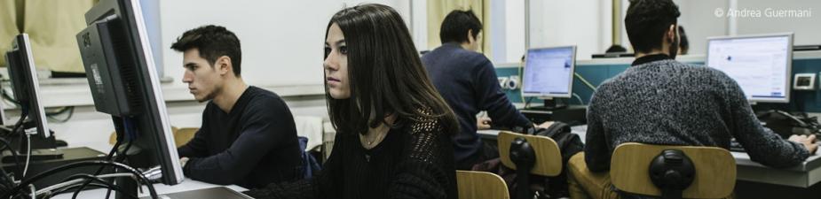 Studenti di fronte al computer