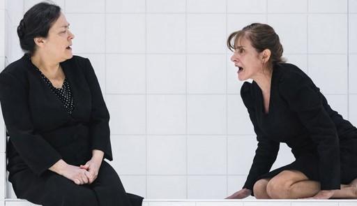 Immagine di scena delle due protagoniste