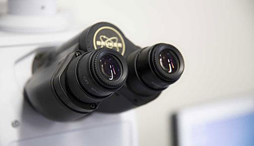 Primo piano di un microscopio