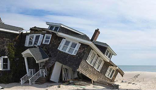 Abitazioni in riva al mare semidistrutture