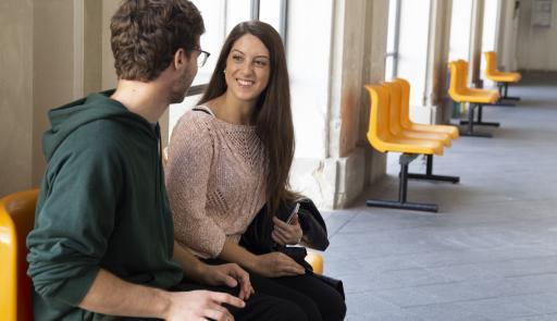 Due studenti sono impegnati in una conversazione