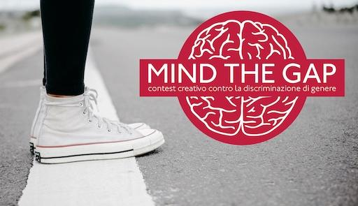 """Scritta """"Mind the gap"""" s sfondo rosso vicino alle gambe di una ragazza con scarpe da ginnastica"""