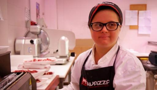 foto di una delle protagoniste del video Divi con la divisa da cameriera