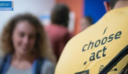 foto di un ragazzo di spalle, sulla sua maglietta è presente la frase: I choose act