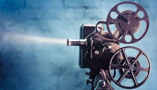 foto di una vecchia cinepresa su sfondo colorato