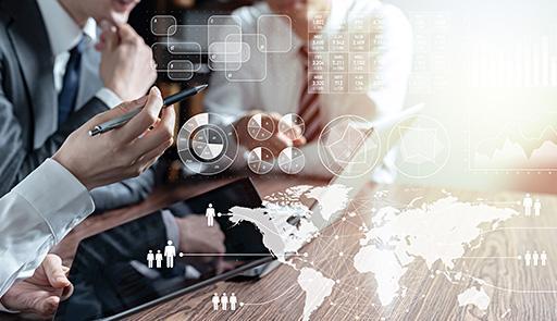 Immagini sovrapposte di mani al lavoro, persone in riunione intorno a un tavolo, elementi di tecnologia