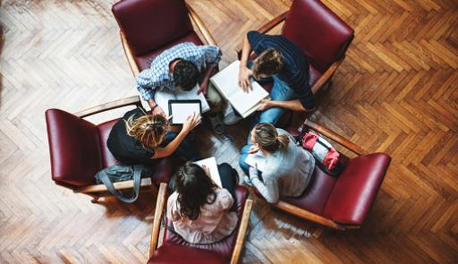 Studenti seduti a cerchio