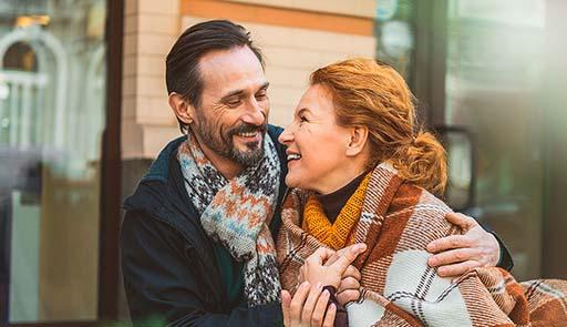 Foto di una coppia over 50 che si abbraccia