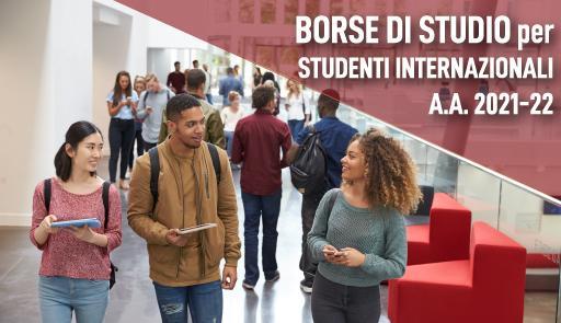 due studentesse e uno studente in un corridoio