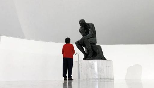 Un visitatore di fronte a una scultura