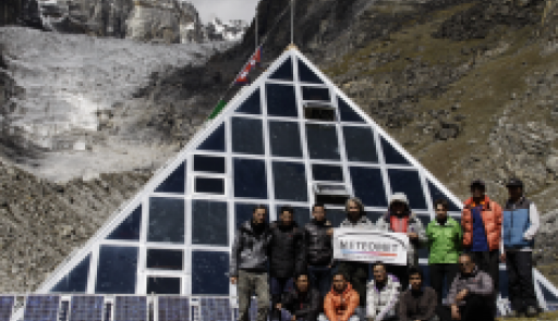Gruppo di ricerca di fronte al laboratorio in montagna