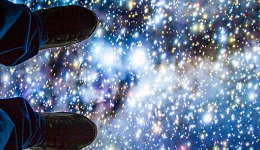 Due piedi appoggiati su uno schermo di stelle