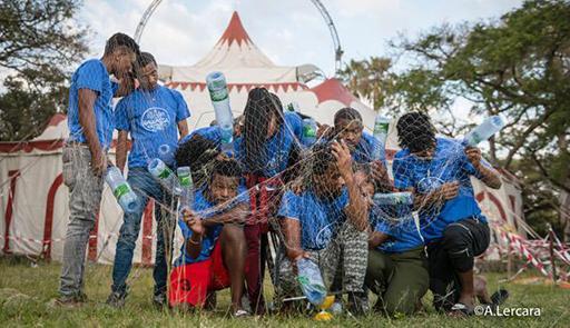 Gruppo di ragazzi sotto una rete da pesca
