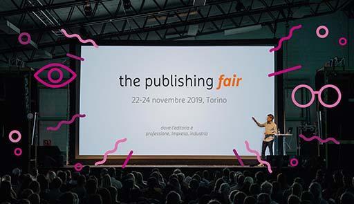 Schermo di un proiettore in una sala gremita con scritta The Publishing Fair