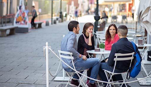 Studenti seduti nel dehor di un bar