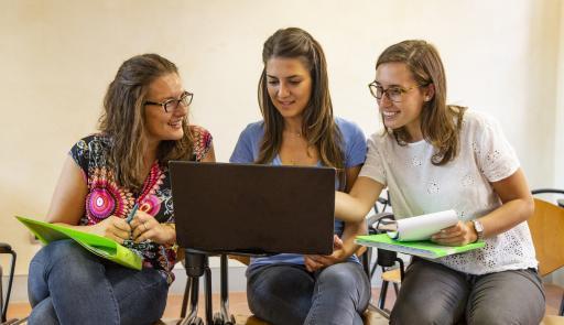 Studentesse utilizzano un pc portatile