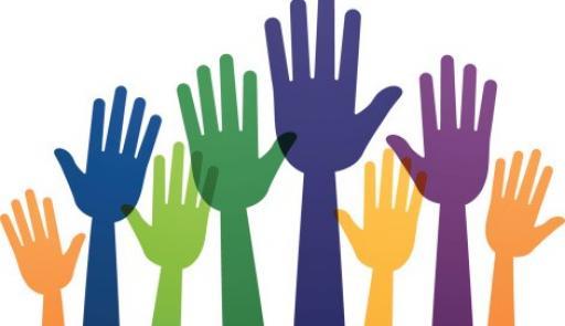 Mani colorate rivolte verso l'alto