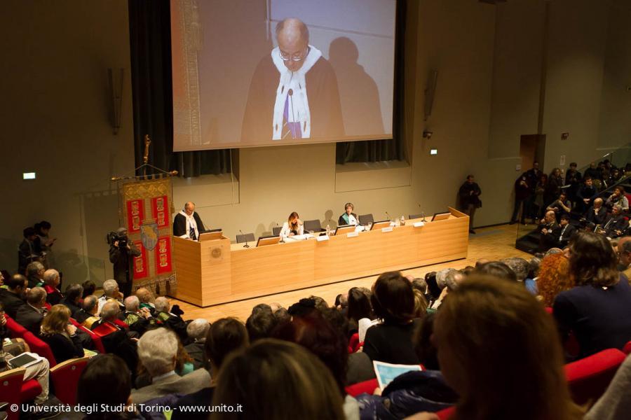 Il pubblico segue il discorso del Rettore Gianmaria Ajani