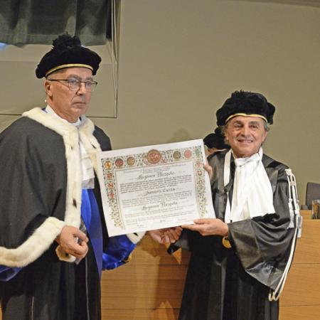 Il Rettore Gianmaria Ajani consegna la pergamena di laurea a Ugo Nespolo