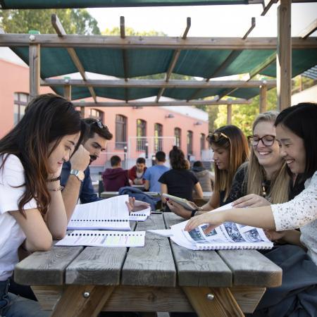 Momento di studio in spazi esterni al Campus Luigi Einaudi