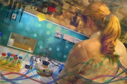 Donna di spalle in un laboratorio di ricerca