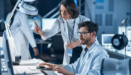 Due ricercatori al computer all'interno di un laboratorio