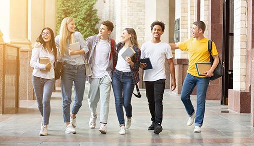 Gruppo di studenti che camminano nel corridoio di un edificio scolastico