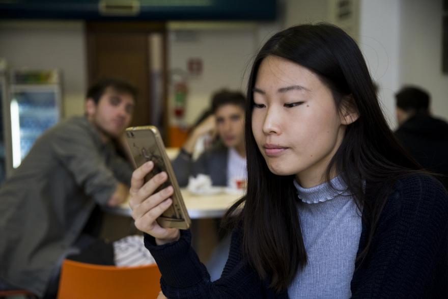 Studentessa che utilizza lo smartphone