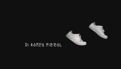Due scarpe bianche su sfondo nero