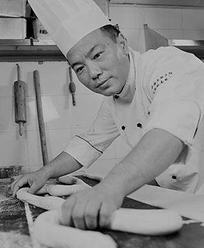 Lo Chef Lu Yaming mentre lavora un impasto