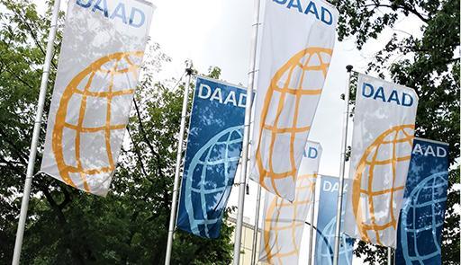 tre bandiere con scritta DAAD