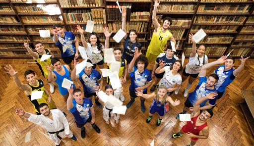 Studenti in divisa sportiva all'interno della Biblioteca storica di Lettere