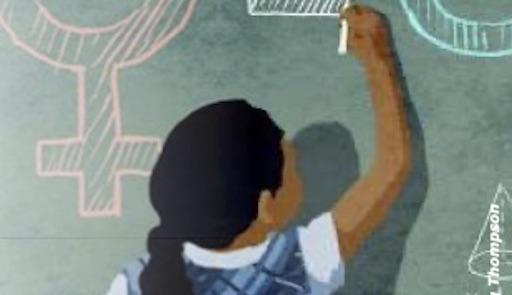 Una bambina di spalle scrive alla lavagna
