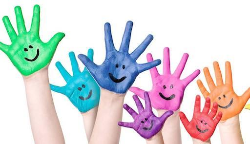 Mani di bambino aperte e colorate