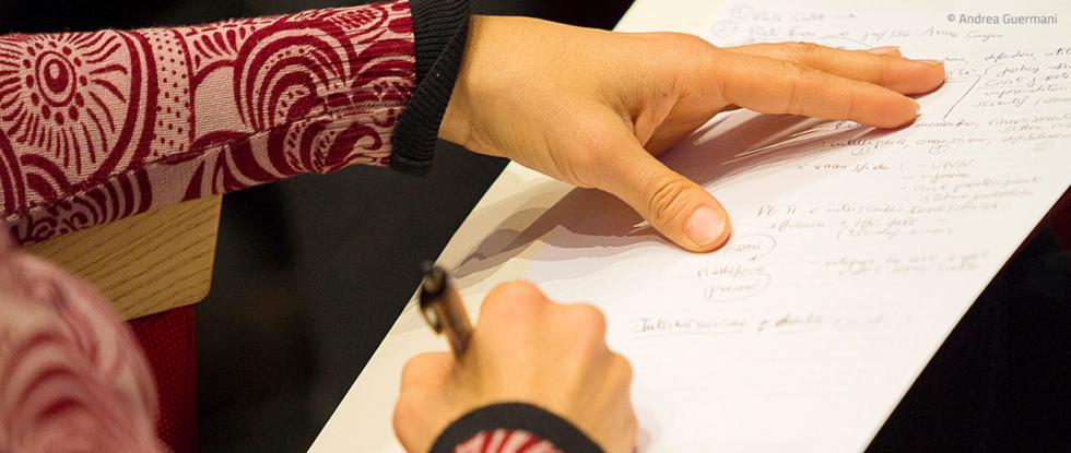 Mano femminile che firma un documento