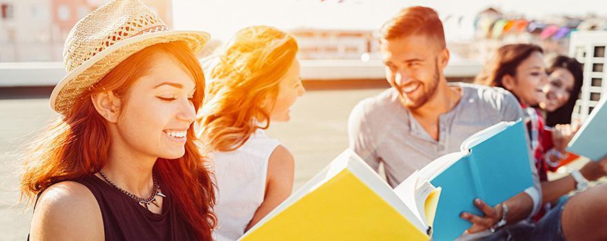 Immagine studenti d'estate con sole e libri