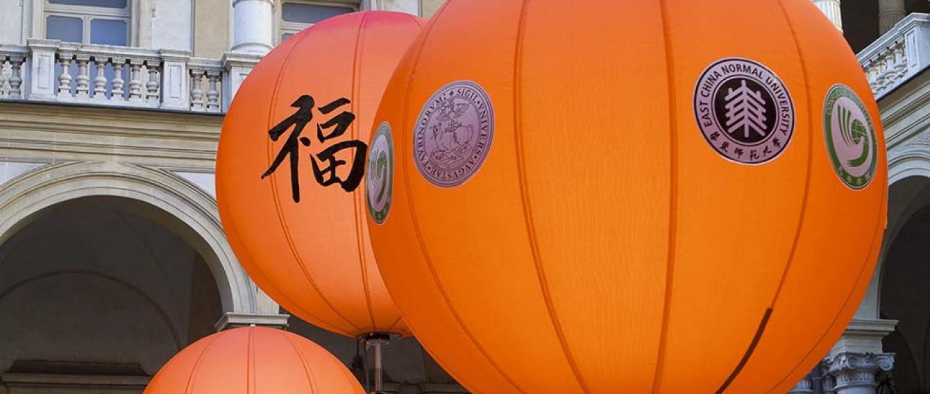 Palloni aerostatici arancioni nel cortile del Rettorato