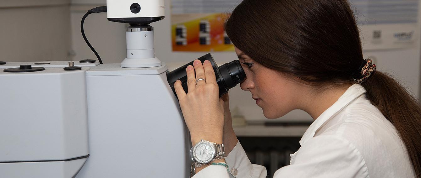 Ricercatrice che utilizza un microscopio