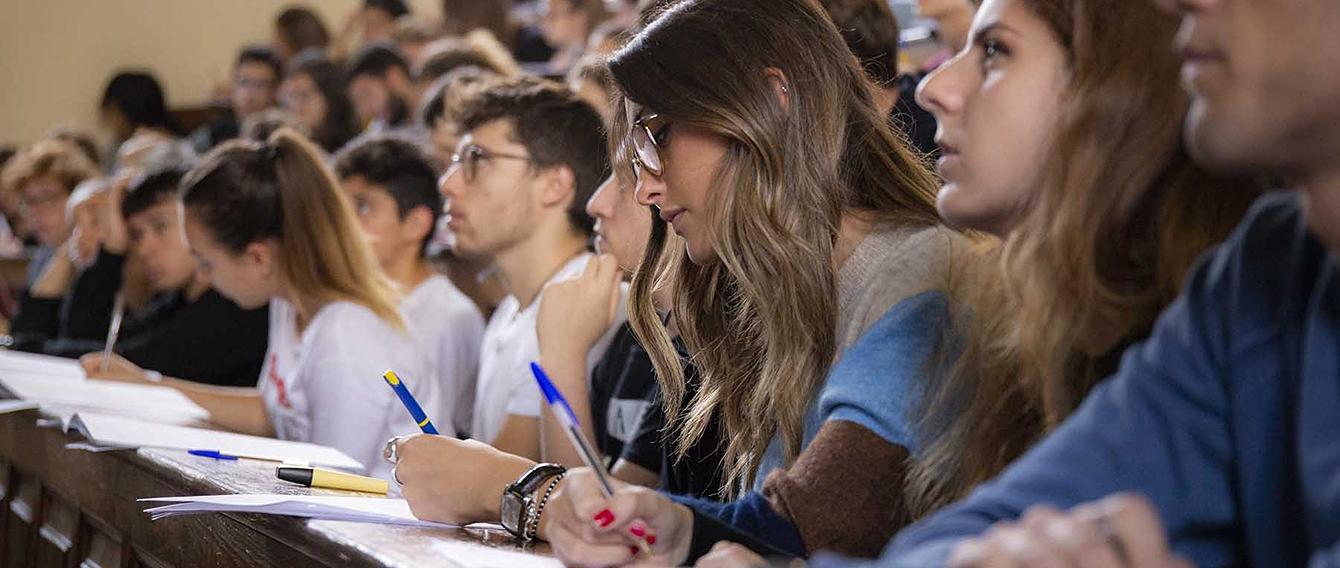 Studenti e studentesse a lezione