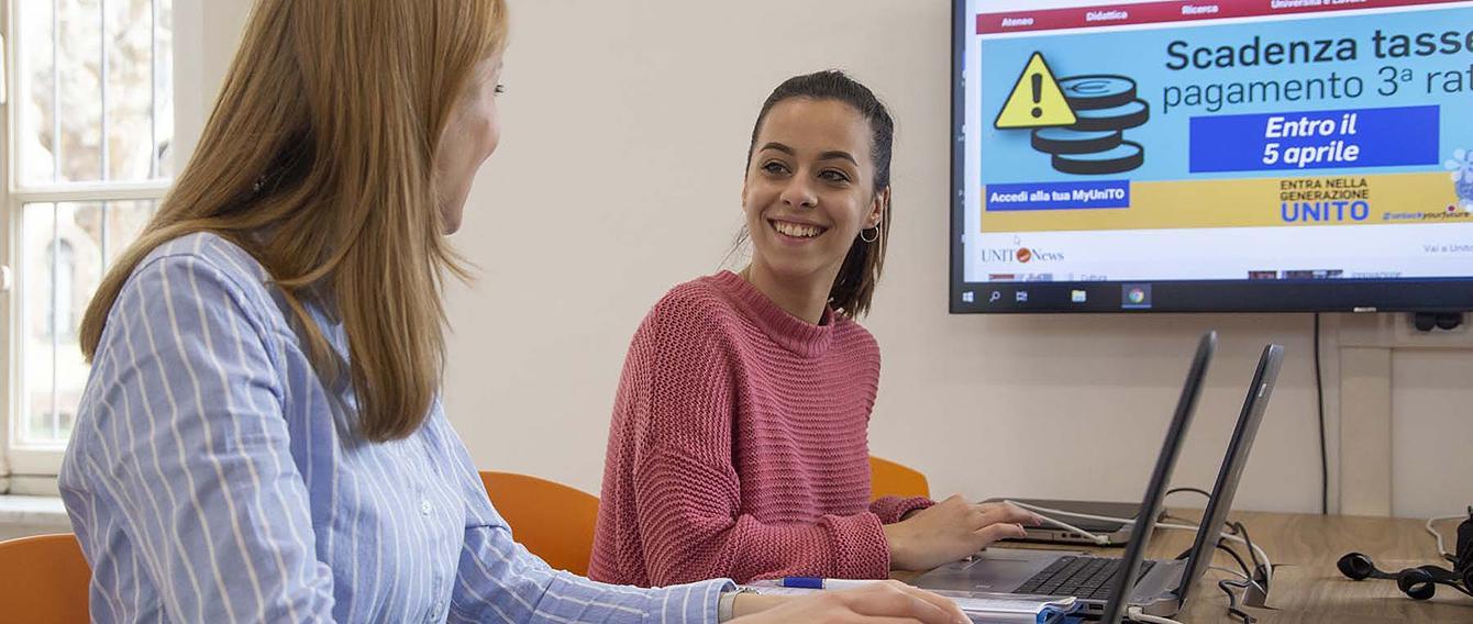 Due giovani donne in un'aula studio
