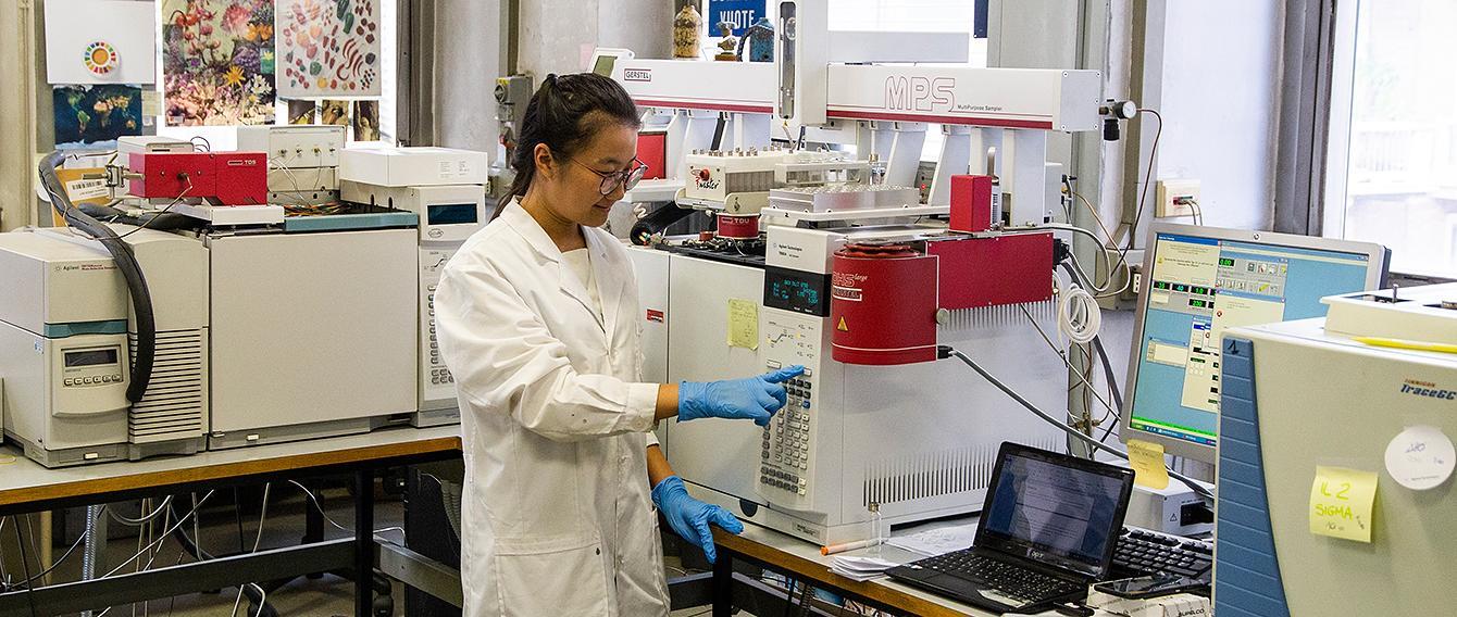 ricercatrice in un laboratorio scientifico