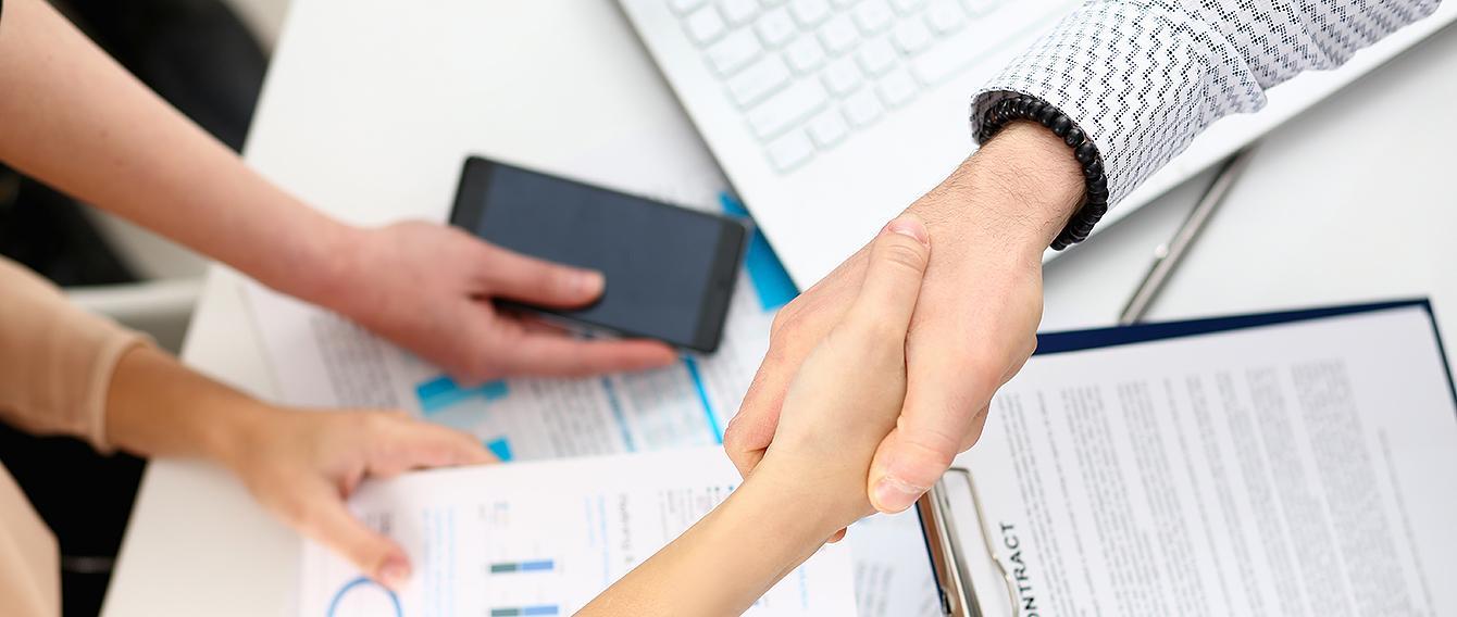 mani che si stringono per sancire un accordo