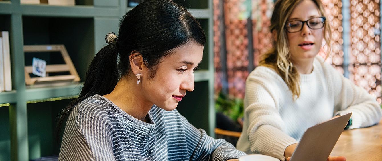 Giovane donna di fronte a un pc portatile