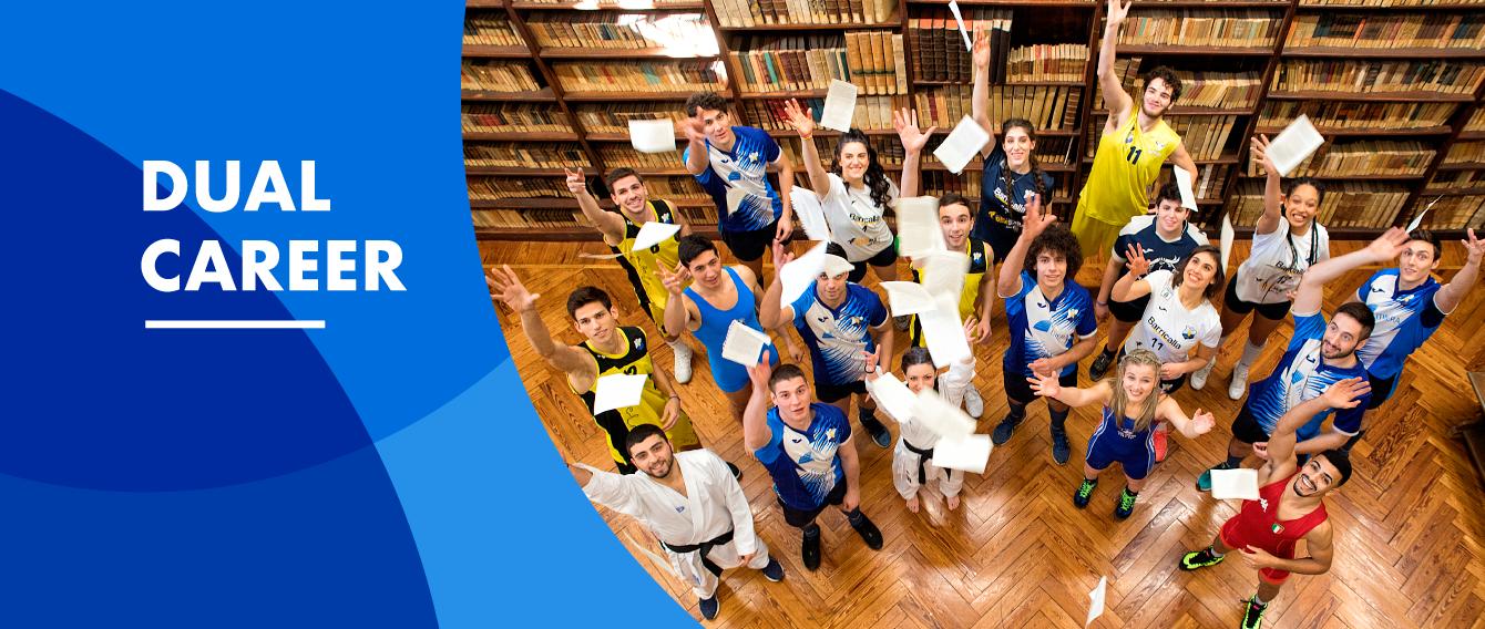 Gruppo di studenti in divisa sportiva nella biblioteca storica di Lettere