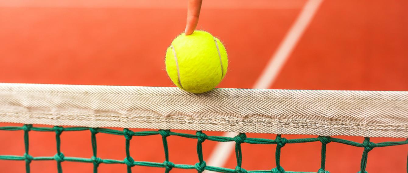una pallina da tennis in equilibrio sulla rete