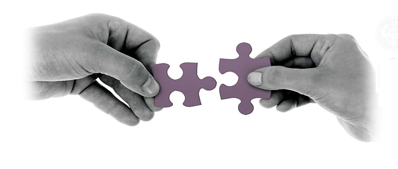 due mani che tengo insieme una pezzo di puzzle