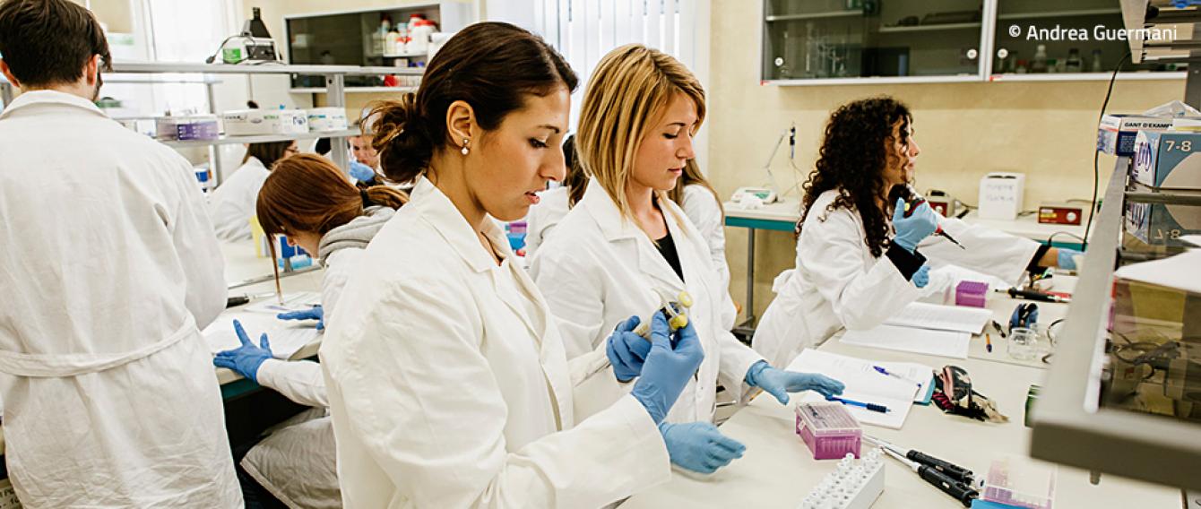 Ricercatori in un laboratorio di analisi