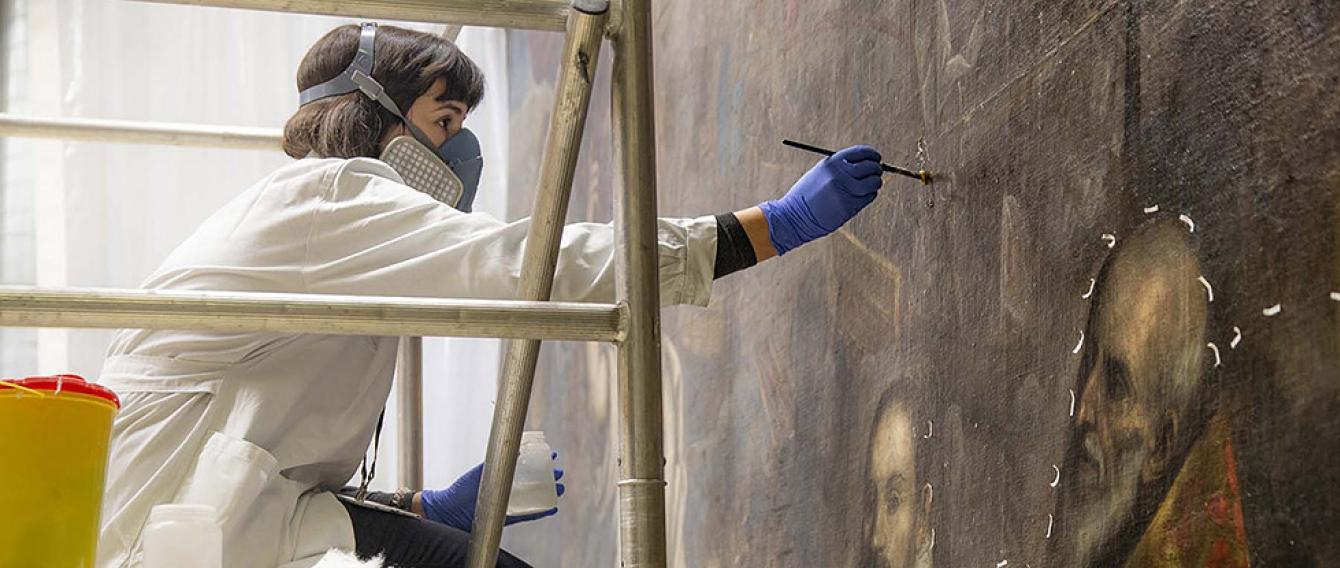 Studentessa restaura un arazzo fiammingo - Laboratorio di Venaria