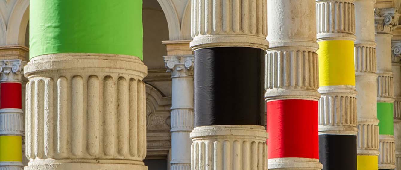 Colonne de Rettorato colorate per mostra